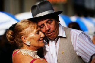 Уроки аргентинского танго для людей почтенного возраста в клубе Ла Милонга